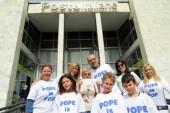 Il flash mob del Papa paga bolletta a pensionata