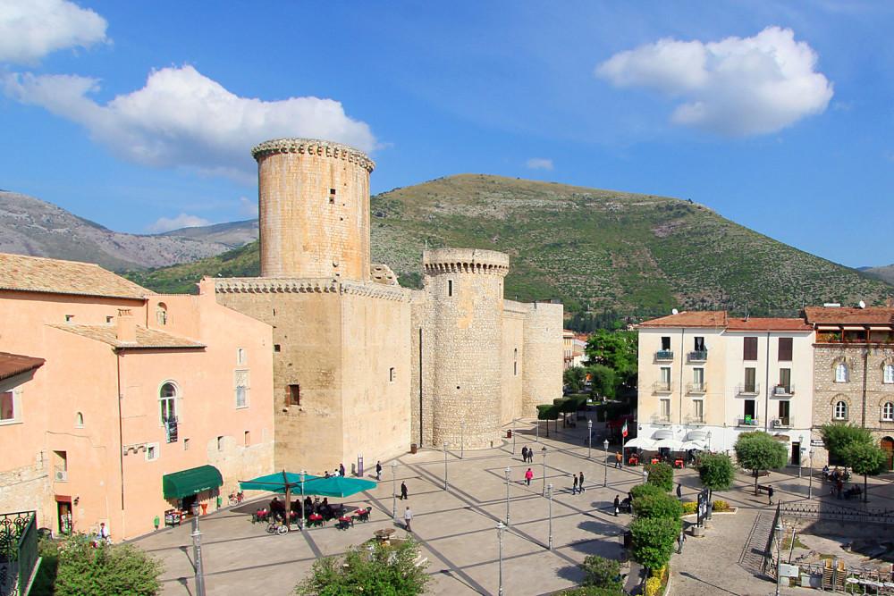 Castello-Piazza-Fondi