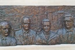Fondi, cerimonia di scopertura altorilievo in bronzo di Teo Di Cicco raffigurante gli illustri concittadini de Libero, di Sarra, De Santis e Purificato