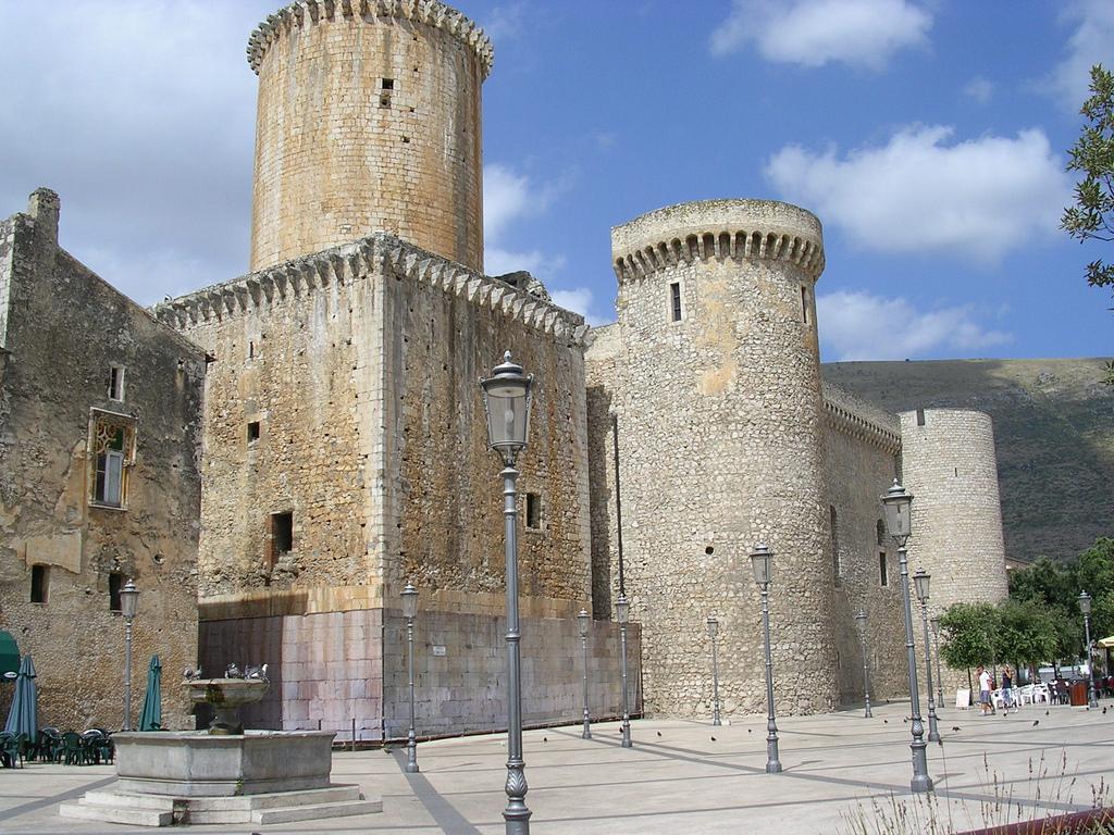 castello-baronale-di-fondi